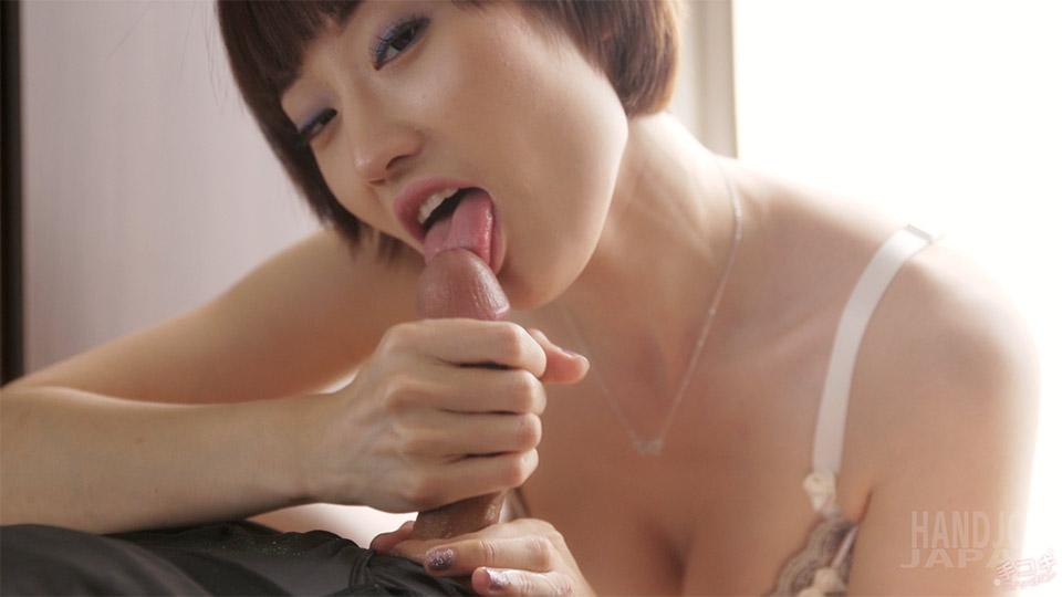 Slender Japanese girl Mizuki gives tender Tekoki with Fingers and Tongue